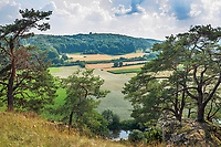 Deutschland, Bayern, Mittelfranken, Naturpark Altmuehltal, bei Solnhofen: Blick vom Naturschutzgebiet Juratrockenhang mit der Felsgruppe Zwoelf Apostel ueber das Altmuehl | Germany, Bavaria, Middle Franconia, Nature Park Altmuehl Valley, near Solnhofen: view from rock formation 12 Apostles (nature reserve) across Altmuehl Valley
