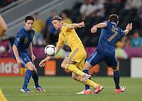 FUSSBALL  EUROPAMEISTERSCHAFT 2012   VORRUNDE Ukraine - Frankreich               15.06.2012 Samir Nasri (li) und Franck Ribery (re, beide Frankreich) gegen Anatoliy Tymoshchuk (Mitte, Ukraine)