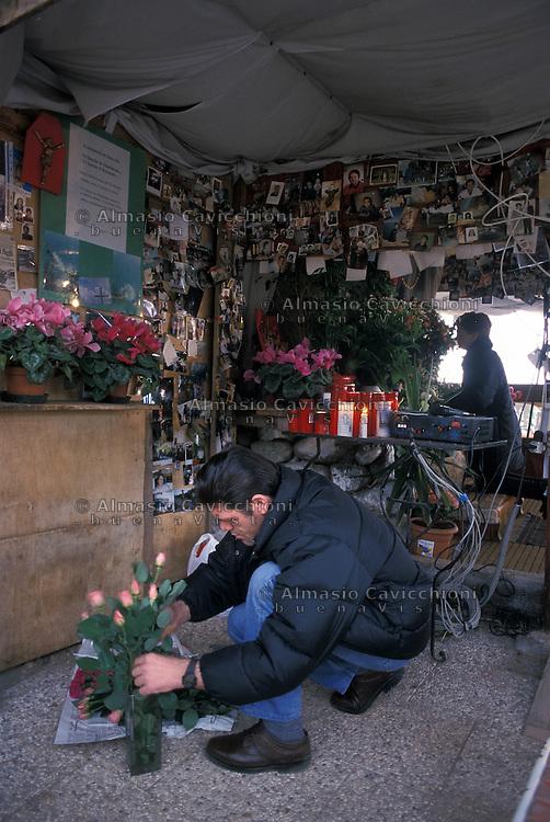 Monzambano, Mantova - Luogo dove la MADONNA DELLE GRAZIE  appare regolarmente, chiamata dal veggente SALVATORE CAPUTA..Fedeli in attesa dell'apparizione pregano nella cappella.Monzambano, Mantua  - Place where the VIRGIN OF GRACES  regularly appears called by the seer SALVATORE CAPUTA. The faithful waiting for the apparition pray in the chapel