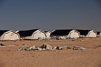 Tunisie Djiba Camp UNHCR de refugies libyens a la frontiere entre Tunisie et Libye refugees camp  Tunisian and Libyan border  ....Tunisia campo profughi di Djiba al confine tra tunisia e Libia  en premier plan tentes detruites par une tempeste de vent