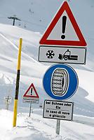 Italien, Suedtirol (Alto Adige), Jaufenpass (bei 2.000 m) im Winter, Hinweiszeichen fuer Schneeketten, Winterausruestung, Schneeraeumung   Italy, Alto Adige (South Tyrol), pass road Monte Giovo, sign for snow chains