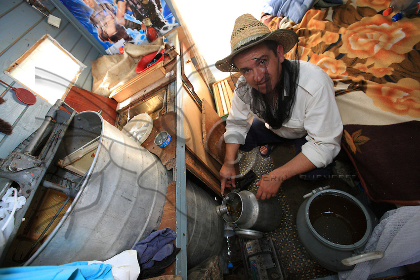 Constantin Cazan has come to help his father Gheorghe during the two days of harvesting and extracting. The extraction takes place in the cabin of the converted caravan.