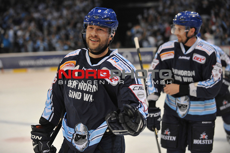 26.10.2012,  O2 World, Hamburg, GER, DEL, Hamburg Freezers vs Thomas Sabo Ice Tigers, im Bild Thomas Dolak (Hamburg #09) schiesst das 2-0 fuer Hamburg vorbei an Tyler Welman (Nuernberg #30) und jubelt// during match at O2 World 2012/10/26, Hamburg  Foto © nph / Witke *** Local Caption ***