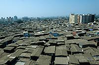 INDIEN Megacity Metropole Mumbai Bombay, Menschen leben in Huetten im Slum Dharavi, Hintergrund neue Appartment Hochhaeuser des Spekulanten und Bauunternehmers Mukesh Mehta / INDIA Mumbai Bombay, Dharavi slum, huts of migrants from rural villages in contrast to appartment building of constructor Mukesh Mehta