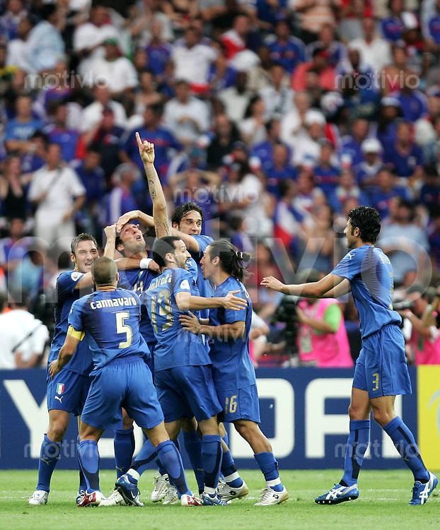 Fussball WM 2006  Final  Spiel 64 Italien - Frankreich Italy - France  Marco MATERAZZI (23) bejubelt seinen Treffer zum 1:1 mit (v.l.) Fabio CANNAVARO (5), Francesco TOTTI, Fabio GROSSO, Luca TONI und Gianluca ZAMBROTTA (alle ITA).