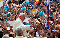 Papa Francesco saluta i fedeli al suo arrivo all'udienza generale del mercoledi' in Piazza San Pietro, Citta' del Vaticano, 7 maggio 2014.<br /> Pope Francis waves to faithful as he arrives for his weekly general audience in St. Peter's Square at the Vatican, 7 May 2014.<br /> UPDATE IMAGES PRESS/Isabella Bonotto<br /> <br /> STRICTLY ONLY FOR EDITORIAL USE
