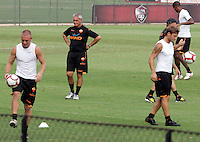 "Calcio: il nuovo allenatore della Roma Claudio Ranieri dirige il suo primo allenamento al centro sportivo ""Fulvio Bernardini"" di Trigoria, Roma, 2 settembre 2009. A destra, il capitano Francesco Totti, a sinistra, il centrocampista Daniele De Rossi..AS Roma football team's new coach Claudio Ranieri leads his first tranining session past captain's Francesco Totti, right, and midfielder, Daniele De Rossi, at the club's sporting center on the outskirts of Rome, 2 september 2009..UPDATE IMAGES PRESS/Riccardo De Luca"