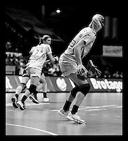 EHF Champions League Handball Damen / Frauen / Women - HC Leipzig HCL : SD Itxako Estella (spain) - Arena Leipzig - Gruppenphase Champions League - im Bild: Sweden Power - Sara Eriksson hat den Ball zurück erobert. schwarzweiss sw bw monochrom black white. feature konter. Foto: Norman Rembarz .