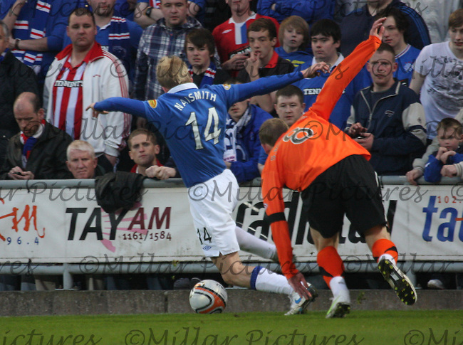 Steven Naismith stretches to keep the ball in play
