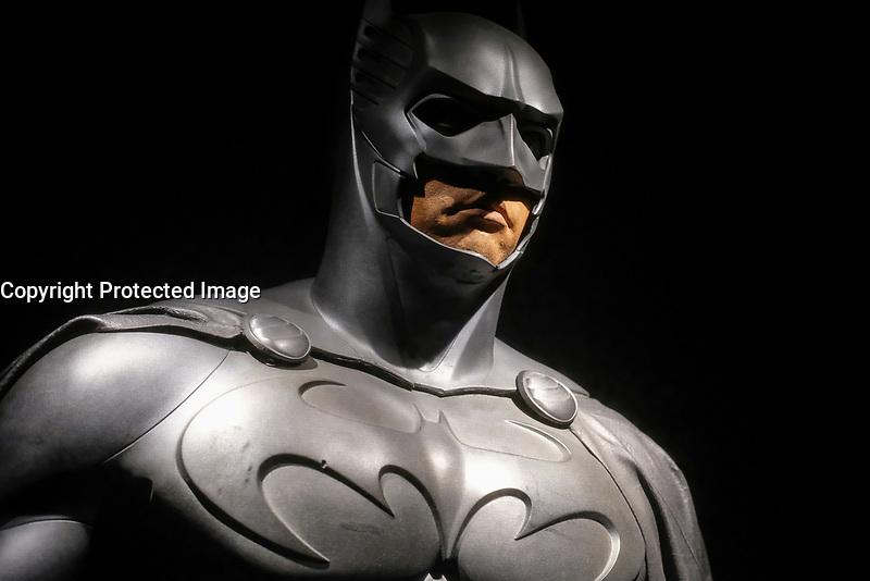 BATMAN, COSTUME PORTE PAR VAL KILMER, BATMAN FOREVER, 1995 - EXPOSITION DC COMICS 'L'AUBE DES SUPER-HEROS' A ART LUDIQUE-LE MUSEE, PARIS, FRANCE, LE 31/03/2017.