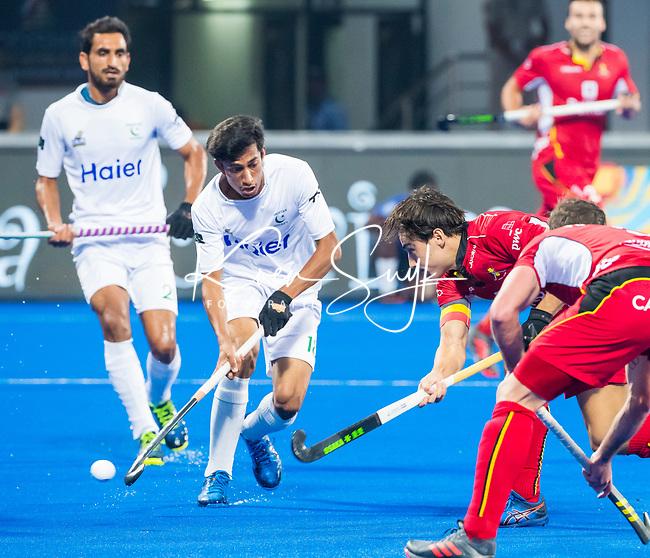 BHUBANESWAR (INDIA) - Thomas Briels (Belgie) scoort 2-0  tijdens Belgie-Pakistan bij het WK Hockey heren.   links Atiq (Pak) . COPYRIGHTKOEN SUYK
