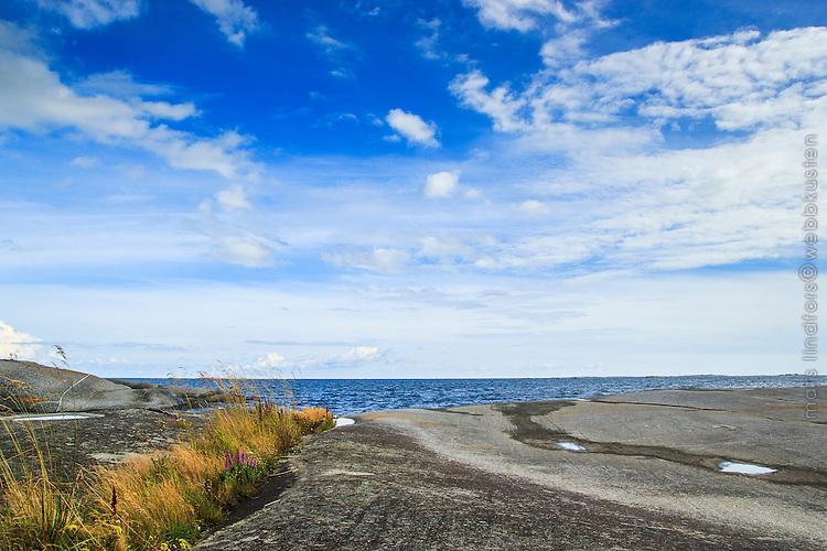 Havshorisont med moln och himmel vid Hallskär med havet utanför i Stockholms skärgård/ Stockholm archipelago Sweden