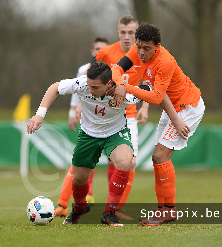 20160324 - Buderich , GERMANY : Dutch Donyell Malen (R) and Bulgarian Dimitar Kostadinov (L) pictured during the soccer match between the under 17 teams of The Netherlands and Bulgaria , on the first matchday in group 4 of the UEFA Under17 Elite rounds in Buderich , Germany. Thursday 24th March 2016 . PHOTO DAVID CATRY