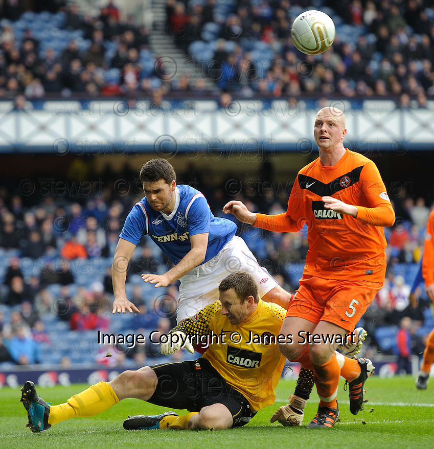 DUNDEE UTD'S DUSAN PERNIS AND GARRY KENNETH STOP RANGERS' DAVID HEALY