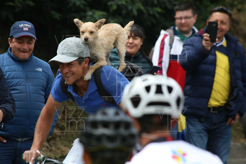 EL VERJON - COLOMBIA, 16-02-2020: Un aficionado monta su bicicleta con su mascota  durante la sexta etapa del Tour Colombia 2.1 2020 con un recorrido de 182,6 km que se corrió entre Zipaquirá y El Once Verjón, Cundinamarca. / A cycling fan goes with his pet during the sixth stage of 182,6 km as part of Tour Colombia 2.1 2020 that ran between Zipaquira and El Once Verjon, Cundinamarca.  Photo: VizzorImage / Darlin Bejarano / Cont