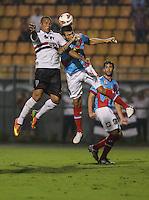 SAO  PAULO, 07 MARÇO 2013 - TAÇA LIBERTADORES DA AMÉRICA - SAO PAULO FC X ARSENAL DE SARANDÍ - Luis Fabiano (E) jogador do Sao Paulo durante lance de partida contra o Arsenal de Sarandí em partida pela Taça Libertadores da América no Estadio Paulo Machado de Carvalho, o Pacaembu na noite desta quinta-feira, 07. (FOTO: WILLIAM VOLCOV / BRAZIL PHOTO PRESS).