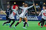 AMSTELVEEN - Kitty van Male (A'dam) heeft gescoord en viert het met Kimberly Thompson (A'dam) en Charlotte Adegeest (A'dam)    tijdens de hoofdklasse competitiewedstrijd dames, Pinoke-Amsterdam (3-4). COPYRIGHT KOEN SUYK
