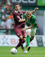 FUSSBALL   1. BUNDESLIGA   SAISON 2011/2012    1. SPIELTAG SV Werder Bremen - 1. FC Kaiserslautern             06.08.2011 Thanos PETSOS (li, Kaiserslautern) gegen Arron HUNT (re, Bremen)