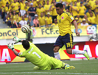 BARRANQUILLA -COLOMBIA- 11 -10-2013. Teofilo Gutierrez  ( Der) de Colombia disputa el balon  contra  Claudio Bravo (Izq) de  Chile ,partido correspondiente para las eliminatorias al mundial de Brasil 2014 disputado en el estadio Metropolitano de Barranquilla   / Colombia  Teofilo Gutierrez(R) dispute the ball against  Claudio Bravo(L)  Chile for the qualifying game for the World Cup Brazil 2014 match at the Metropolitano stadium in Barranquilla  .Photo: VizzorImage / Felipe Caicedo /  Staff /