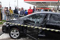 SAO PAULO, SP, 14 de MAIO DE- 2012_Um Honda Civic foi atingido por mais de 15 tiros na Av Sapopemba altura do numero 11mil Jd Sapopemba. O motorista foi levado ao Ps da Regiao(FOTO: ADRIANO LIMA - BRAZIL PHOTO PRESS)