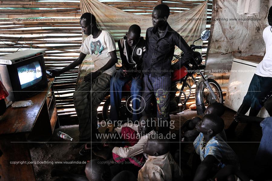 SOUTH SUDAN  Bahr al Ghazal region , Lakes State, town Cuibet, people watch Television in village pub / SUED-SUDAN  Bahr el Ghazal region , Lakes State, Cuibet , Jugendliche schauen Fernsehen in Dorfkneipe