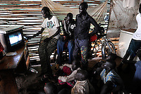 SOUTH SUDAN  Bahr al Ghazal region , Lakes State, town Cuibet, people watch Television in village pub / SUED-SUDAN  Bahr el Ghazal region , Lakes State, Cuibet , Jugendliche schauen Fernsehen in Dorfkneipe