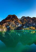 Italien, Suedtirol (Trentino - Alto Adige), Naturpark Fanes-Sennes-Prags: Pragser Wildsee mit Gipfeln Herrstein und Grosser Rosskofel | Italy, South Tyrol (Trentino - Alto Adige), Fanes-Sennes-Prags Nature Park: Lago di Braies and summits Sasso del Signore (left) and Campo Cavallo