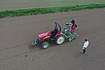 """Foto: VidiPhoto<br /> <br /> REETH – In het buurtschap Reeth bij Elst (Gld) wordt dinsdag met een speciale machine, zaad van suikerbieten en veldbonen ingezaaid door personeel van proefbedrijf De Bredelaar, onderdeel van het internationale Eurofins. De Bredelaar onderzoekt het effect van gewasbeschermingsmiddelen op voedingsgewassen in opdracht van de (internationale) producenten hiervan. Tijdens de oogst worden gewasmonsters genomen die in een laboratorium op de hoeveelheid nog aanwezige residu worden geanalyseerd. Volgens directeur Frans van Tilburg is het aantal proeven met chemisch gewasbeschermingsmiddelen de laatste jaren afgenomen, tegenover een sterke stijging van het aantal onderzoeken met biologische middelen. """"In vijf jaar tijd is het percentage proeven met biologisch producten gestegen van 10 naar 40 procent."""""""