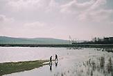 Zwei Männer am Congaz-see, in Gagausien, südlich der Hauptsatdt Comrat, Gagausien ist eine autonomes Gebiet innerhalb der Republik Moldau mit nur ca. 160000 Einwohnern, die Republik Moldau ist eines der ärmsten Länder Europas / Men walking near Congaz lake