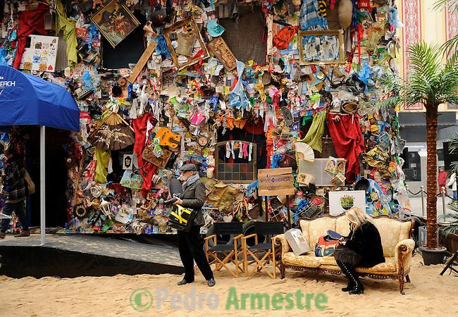El Hotel Playa de basura, hecho de reciclado de residuos recogidos en las playas europeas, una creación del artista alemán HA Schult (no visible) es la foto el 20 de enero de 2011 en plaza del Callao en Madrid. El hotel estará abierto a público hasta el 23 de enero 2011, coincidiendo con la 21 ª Feria Internacional de Turismo (FITUR) que se inauguró hoy en Madrid. (c) Pedro ARMESTRE The Beach Garbage Hotel, made of recycled waste collected from European beaches, a creation by German artist Ha Schult (unseen) is pictured on January 20, 2011 on Callao square in Madrid. The hotel will be opened for public until January 23, 2011, coinciding with the 21st International Tourism Trade Fair (FITUR) which opened today in Madrid. (c) Pedro ARMESTRE