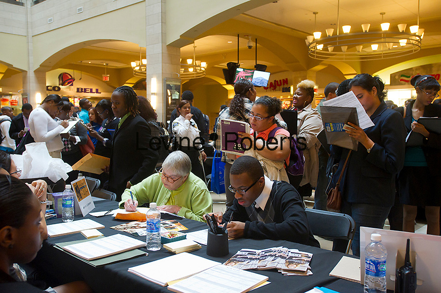Job seekers attend a job fair at the Queens Center Mall in the borough of Queens in New York on Thursday, October 20, 2011.  Job seekers interviewed for 1200 seasonal retail jobs.  The Labor Department announced that weekly applications for unemployment benefits, seasonally adjusted, declined by 6,000 to 403,000.   © Frances M. Roberts)