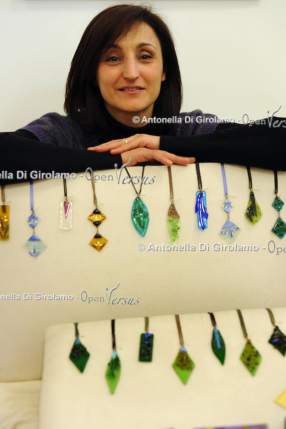 Antonella Paone,creazioni in vetro.Porte aperte alla Upter.Mostra mercato di artigiani, artisti e cultori del vintage ospitata nei locali della Università Popolare di Roma. La manifestazione si tiene ogni terza domenica del mese..Doors open at Upter.Trade Show fair of artisans, artists and lovers of Vintage. The event is in the premises of the Popular University of Rome and is held every third Sunday of the month..