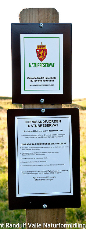 Skilt for Nordsandfjorden naturreservat på Sørøya. ---- Sign post for nature reserve.