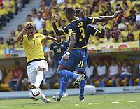 BARRANQUILLA - COLOMBIA -29-03-2016: Carlos Bacca (Izq.) jugador de Colombia disputa el balón con Frickson Erazo (Der.) jugador de Ecuador durante partido entre los seleccionados de Colombia y Ecuador, por la fecha 6 para la clasificación sudamericana a la Copa Mundial de la FIFA Rusia 2018, jugado en el estadio Metropolitano Roberto Melendez en Barranquilla. /  Carlos Bacca (L) player of Colombia fights the ball with Frickson Erazo (R) player of Ecuador during match between the teams of Colombia and Ecuador, for the date 6 for the Qualifier FIFA World Cup Russia 2018, played at Metropolitan stadium Roberto Melendez in Barranquilla. Photo: VizzorImage / Luis Ramirez / Staff.