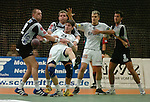 Handball Herren, 1.Bundesliga 2003/2004 Goeppingen (Germany) FrischAuf! Goeppingen - Wilhelmshavener HV (25:27) v.l.n.r. Jaroslaw Frackowiak (WHV) Allan Rasmussen (WHV) Salvador Puig (FAG) wird festgehalten, Dragos Oprea (FAG) Thomas Schlich (WHV)
