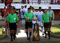 CÚCUTA -COLOMBIA, 20-09-2015.  Edilson Ariza (C), arbitro,  ingresa al campo de juego previo al encuentro entre Cucuta Deportivo y Jaguares FC por la fecha 13 de la Liga Águila II 2015 disputado en el estadio General Santander de la ciudad de Cúcuta./ Edilson Ariza, referee, goes inside the field prior the match between Cucuta Deportivo and Jaguares FC for the 13th date of the Aguila League II 2015 played at the General Santander Stadium in Cucuta city. Photo: VizzorImage/Manuel Hernandez/