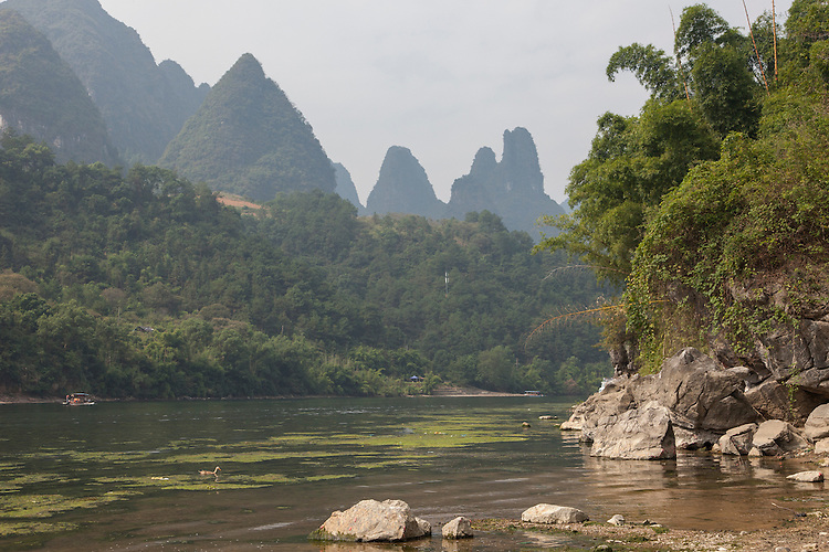 The Li River,an icon of Guangxi province, winds its way through the lush karst mountains and passes farm land and quiet villages along the way.