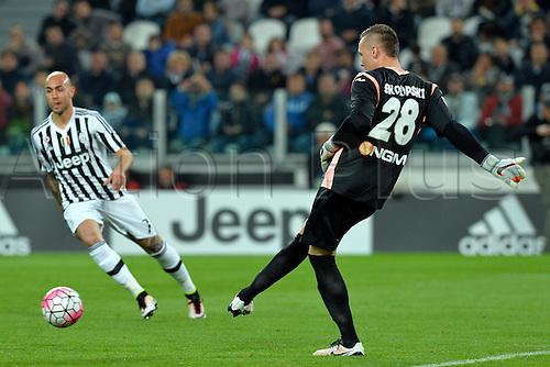 02.04.2016. Juventus Stadium, Turin, Italy. Serie A Football. Juventus versus Empoli. Lukasz Skorupski kicks the ball away as Simone Zaza  pressures