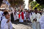 Cabo Verde, Kaap Verdie, KaapVerdie, sal kaapverdie santa maria 2017<br /> Santa Maria, officieel  is een plaats in het zuiden van het Kaapverdische eiland Sal met 6.272 inwoners. Met de opkomst van het toerisme heeft de plaats bekendheid gekregen en is het toerisme de voornaamse inkomstenbron<br /> Kaapverdië, dat behoort tot de geografische regio Ilhas de Barlavento<br />   foto  Michael Kooren<br /> religion, good Friday procession, christ on the cross Santa Maria   sunshine,