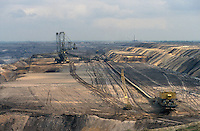 - east Germany, mine of lignite coal (brown coal) near Zeitz....- Germania orientale, miniera di carbone lignite nei pressi di Zeitz