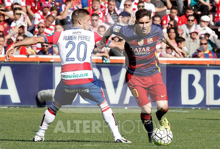 Granada's Ruben Perez (l) and FC Barcelona's Leo Messi during La Liga match. May 14,2016. (ALTERPHOTOS/Acero)