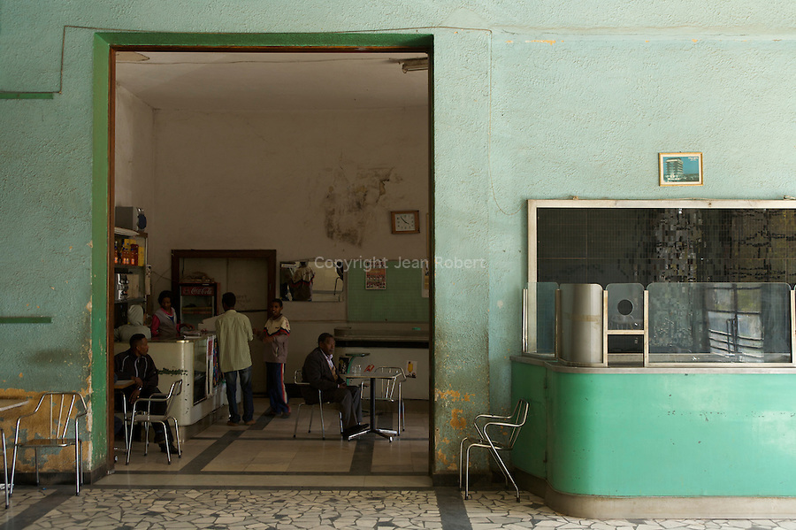 Cafeteria et salle de billard  art deco du cinema Capital, le plus grand d'Asmara (1800 sieges) construit en 1938 par Ruppert Saviele...Capitol cinema the largest  cinema of Asmara (1800 seats. built in 1938 by Ruppert Saviele