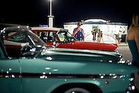 Senigallia, Agosto 2013. Auto d'epoca americane parcheggiate davanti la Rotonda di Senigallia durante il Summer Jamboree.
