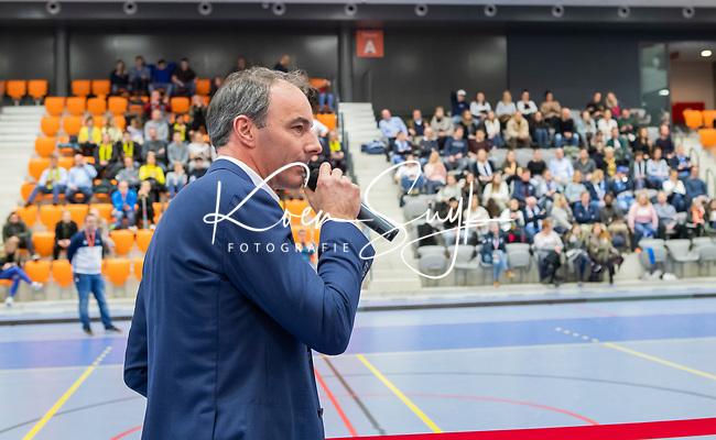 ROTTERDAM  - NK Zaalhockey . wedstrijd om brons  Den Bosch-Kampong. dames. KNHB voorzitter Erik Cornelissen reikt brons uit.      COPYRIGHT KOEN SUYK