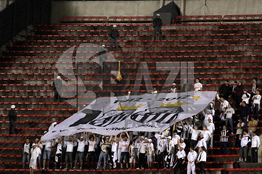 SÃO PAULO,SP,10 JUNHO 2012 - CAMPEONATO BRASILEIRO - SÃO PAULO x SANTOS  - Torcedores  do Santos  durante partida São Paulo x Santos  válido pela 4º rodada do Campeonato Brasileiro no Estádio Cicero Pmpeu de Toledo  (Morumbi), na região sul da capital paulista na tarde deste domingo (10). (FOTO: ALE VIANNA -BRAZIL PHOTO PRESS).
