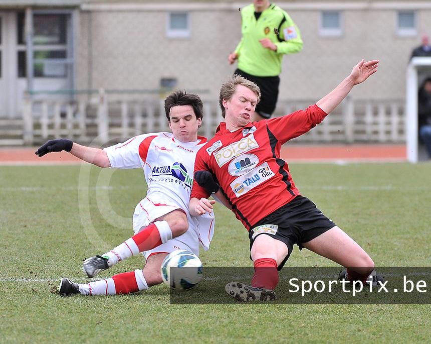 FC Izegem - Hoogstraten VV : duel tussen Brecht Vervaeck (rechts) en Nick Van Huffel.foto VDB / BART VANDENBROUCKE