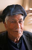 Europe/Chypre/Peyia: Portrait d'un joueur de cartes dans une taverne