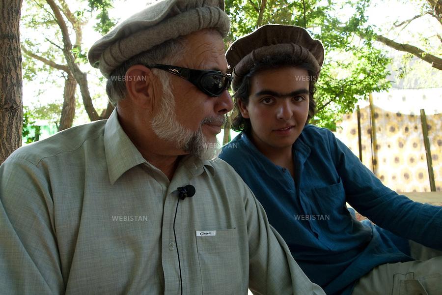 AFGHANISTAN - ASTANAH - 12 aout 2009 : Residence de Jan Mohamed, proche du commandant Massoud. .Jan Mohamed avec Delazad Deghati. ..AFGHANISTAN - ASTANAH - August 12th, 2009 : Home of Jan Mohamed, a close friend of Commander Massoud's. .Jan Mohamed with Delazad Deghati.