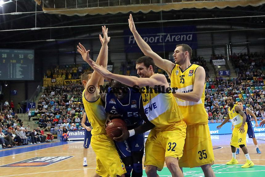 Aziz N'Diaye (Skyliners) gegen Dominik Bahiense de Mello, Nemanja Aleksandrov, Andrea Crosariol (EWE) - Fraport Skyliners vs. EWE Baskets Oldenburg, Fraport Arena Frankfurt