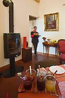Europe/France/Midi-Pyrénées/46/Lot/Cazals: Chambre d'Hôte La Caminade- Joelle Gau sert le peti déjeuner